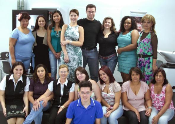 Os professores Celso Martins Junior, Priscila Carvalho e Patrícia Porcino; Verônica Felix e Pita Martins da Mart'bel juntos à turma de cursandos durante o encerramento.