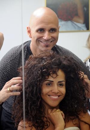 Mauricio Cid tratando do look da cantora baiana Carla Cristina.