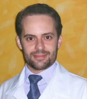 Dr. Ademir Junior é médico dermatologista especializado em tricologia. Representante brasileiro na Associação Internacional de Tricologia.