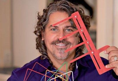 Robson Trindade é hairstylist internacionalmente reconhecido por seu trabalho com cabelos cacheados. É também professor universitário de Visagismo e Cosmetologia.