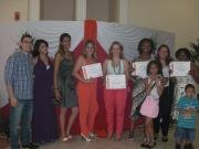 Alunos recebem os diplomas de cabeleireiros das mãos da equipe Grandha.